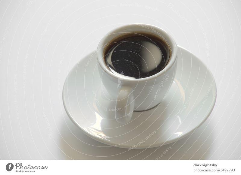 Schöne leckere heiße Tassen Kaffee oder Espresso Getränk Lebensmittel Kaffeepause Koffein trinken Porzellan Untertasse freigestellt weiß braun Stillleben food