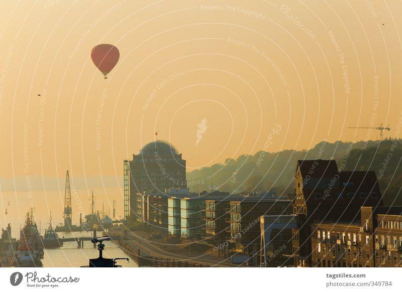 ONE LOVE: HH Stadt Liebe Wärme Stimmung Idylle Stadtleben Warmherzigkeit Hamburg Fluss Hafen Postkarte Paradies Steg Abenddämmerung Anlegestelle Ballone