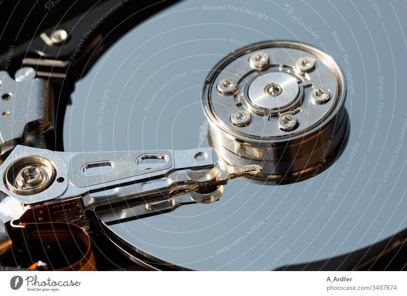 offene Festplatte Makroaufnahme Technik geöffnet Daten Datenträger Spiegel spiegelt Detail PC Computer Computertechnik Details Schreibkopf Technik & Technologie
