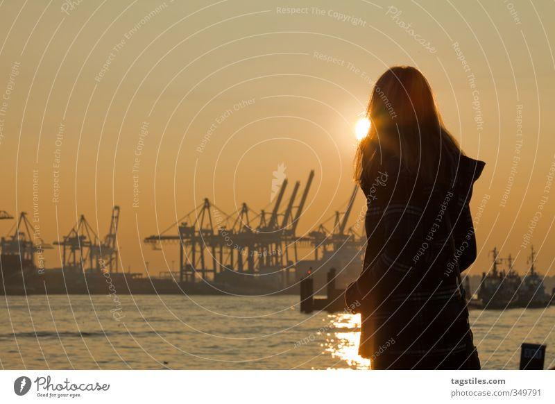 HAMBURG ATMEN Hamburg Anlegestelle Hafen Stadt Elbe Hafenkran Frau Sonnenuntergang Sonnenstrahlen Gegenlicht Ferien & Urlaub & Reisen Reisefotografie gelb