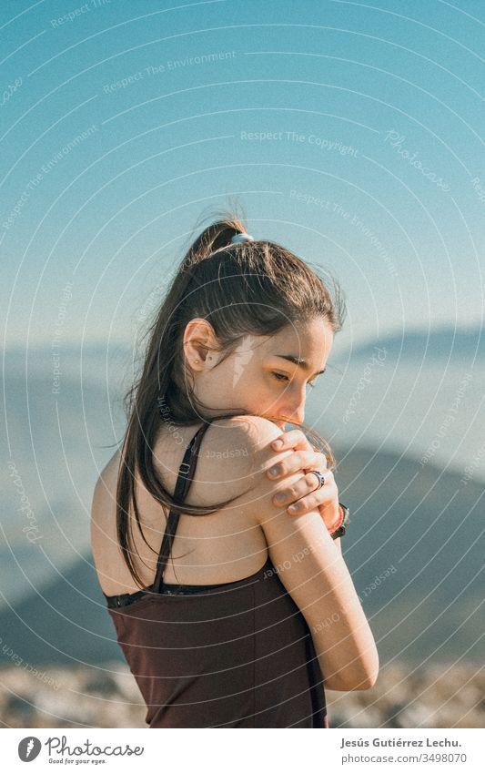 ein junges Mädchen mit Bergen im Hintergrund Kaukasier klassisch Dame Bekleidung Lifestyle Stil Mode attraktiv altehrwürdig Frau Hipster Jaen Erwachsene