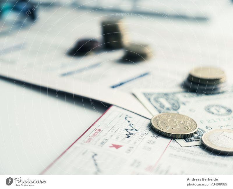 Finanzkonzept mit Währungs- und Finanznachrichtenblatt Business Geld Finanzen Schreibstift Rechner finanziell Nachrichten Papiere Haufen Euro Dollar