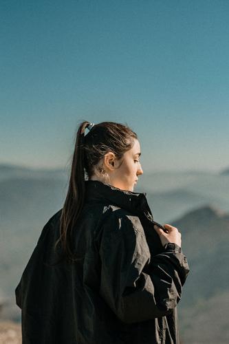 junges Mädchen mit Bergen im Hintergrund Kaukasier klassisch Dame Bekleidung Lifestyle Stil Mode attraktiv altehrwürdig Frau Hipster Jaen Erwachsene