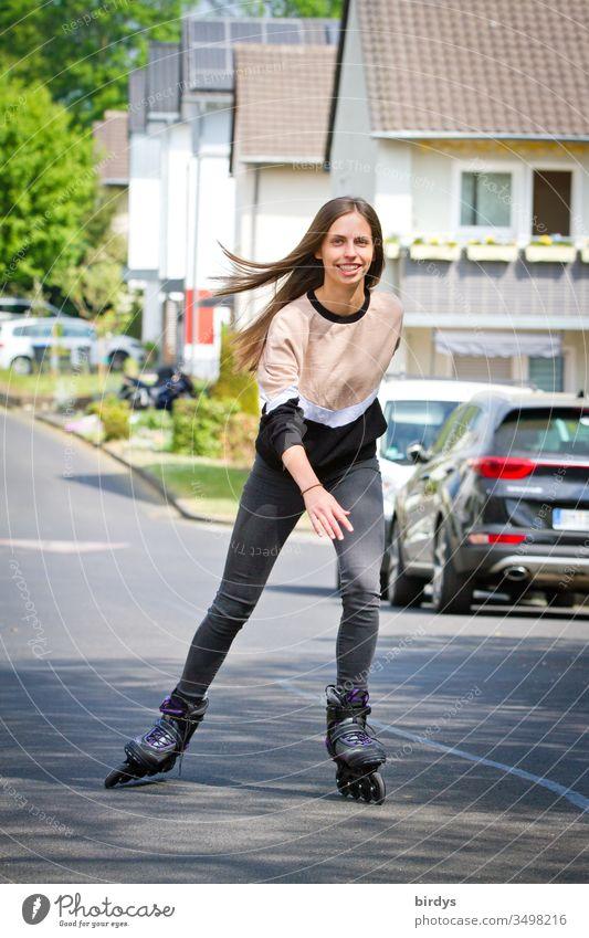 Schlanke junge Frau hat Freude am Inliner fahren Freizeit & Hobby Inline Skating Inline skates Junge Frau aktiv Bewegung frische Luft sportlich Sport