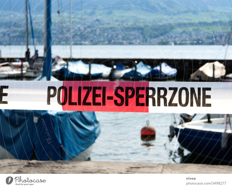 Corona Polizei Absperrung Zeichen Außenaufnahme Sicherheit Coronavirus Überwachung Schutz Seeufer Zürich See Tag beobachten Farbfoto gefährlich Sperrgebiet