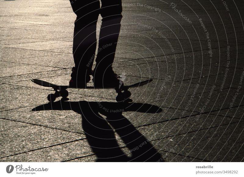 jetzt aber schnell | Skateboarder mit Schatten Füße stehen fahren Akrobatik aktive Sport Rückenlicht Abend Gegenlicht Skater Sportler Athlet Spaß Hobby Freizeit