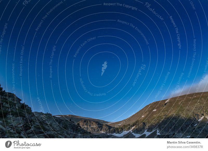 Wunderschöner Himmel in den Bergen Andorras. grün natürlich Sommer Hintergrund Schönheit blau Windstille canillo Wolken Umwelt Europa Wald Gras hoch wandern