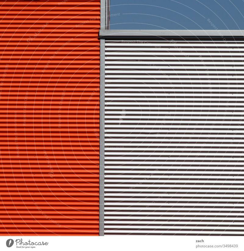 Symmetrie | linientreu Haus Fassade Industrieanlage Blech Außenaufnahme Fabrik Gebäude Mauer Architektur Farbfoto Bauwerk Wand rot blau Linie