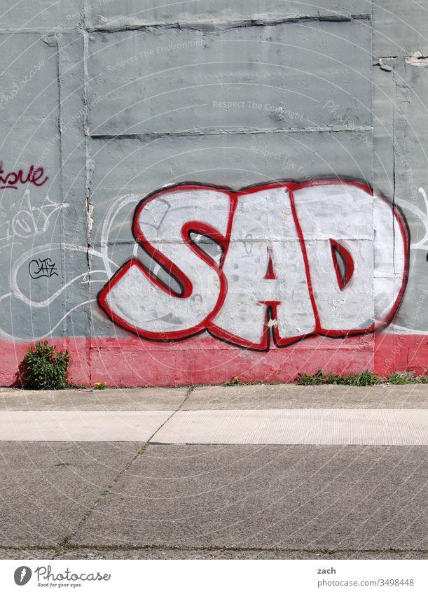 Fassade mit einem Grafitti Sad - traurig Buchstaben Wand Zeichen Mauer Textfreiraum unten Schriftzug Graffiti Schriftzeichen Textfreiraum oben Gebäude