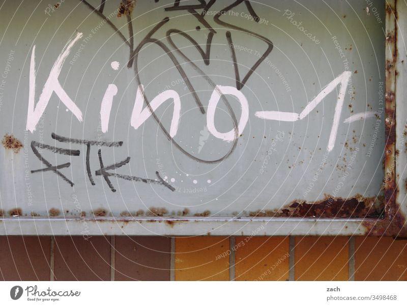 Fassade mit einem Grafitti Kino 1 Buchstaben Wand Zeichen Mauer Textfreiraum unten Schriftzug Graffiti Schriftzeichen Textfreiraum oben Gebäude Gedeckte Farben