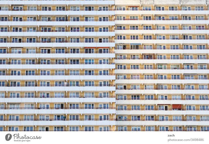 Plattenbau in Berlin, DDR-Architektur Stadt Mauer Wand Tür Gebäude Fassade Linie Haus Hochhaus Hochhausfassade blau Fenster Fensterfront Himmel Balkon viele