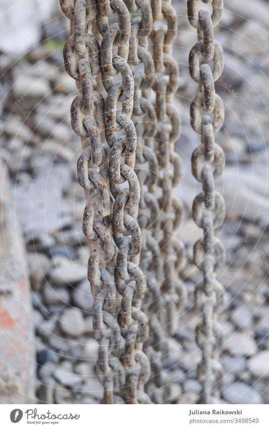 Rostige Ketten auf einer Baustelle Kettenglied Metall Farbfoto Außenaufnahme Menschenleer alt Stahl Sicherheit Schwache Tiefenschärfe stark Zusammenhalt