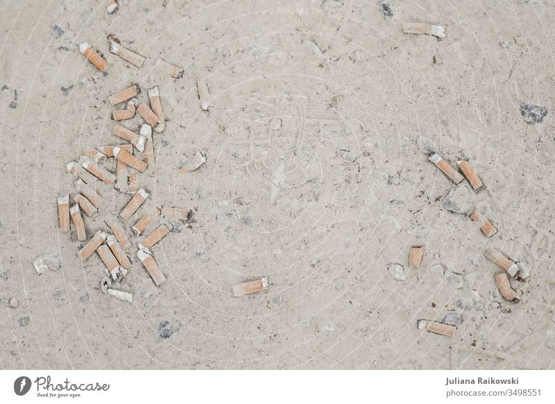 Zigaretten Stummel im Dreck Zigarettenstummel Aschenbecher Rauchen Nikotin ungesund Gesundheitsrisiko gesundheitsschädlich Filterzigarette Zigarettenasche