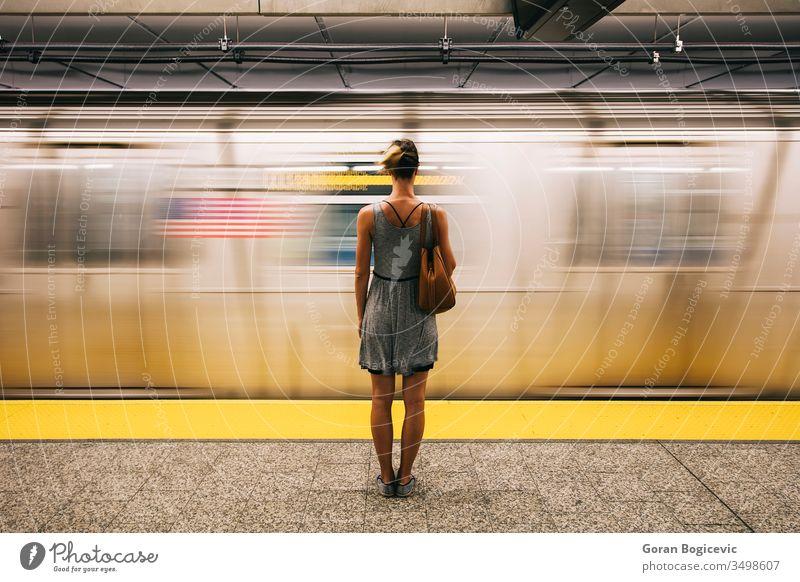 Junge Frau wartet in New York City auf U-Bahn-Zug Großstadt Weg Menschen sich[Akk] bewegen Transit Eisenbahn Station unterirdisch reisen Transport urban Mädchen