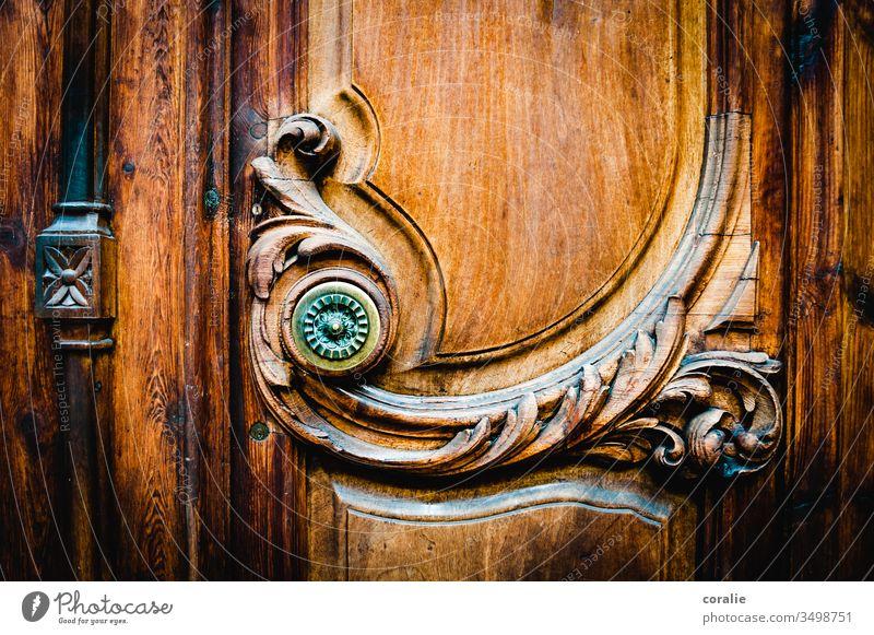 Verzierte Holztür mit einem Knauf verziert verzierung Holzarbeiten Kunsthandwerk Kunsthandwerker formen Strukturen & Formen schwungvoll harmonisch Eingangstür