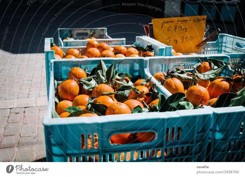 Kisten mit Orangen auf dem Markt orange Orangensaft Frucht Marktplatz Marktstand Farbfoto Lebensmittel Vegetarische Ernährung Bioprodukte frisch Gesundheit