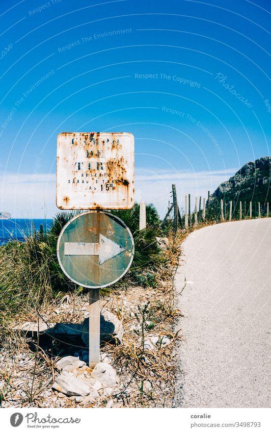 Altes Straßenschild an einer Küstenstraße Mittelmeer Meer Kurve rechts Pfeil hier lang Außenaufnahme Farbfoto Menschenleer Verkehr Schilder & Markierungen