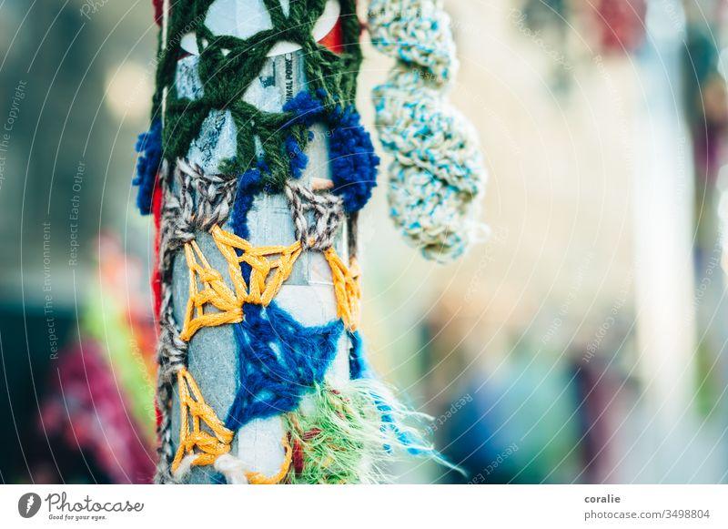 Bestricktes buntes Straßenschild stricken häkeln Handarbeit Netzwerk Vernetzung vernetzen Wolle mehrfarbig weich Strickmuster Freizeit & Hobby Vielfalt umgeben