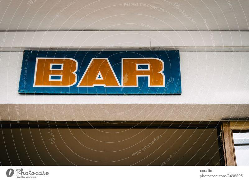 Blau-rotes Bar-Schild über einer Tür Eingang Eingangstür Corona-Virus coronakrise Gastronomie Restaurant Café Schrift Schriftzug Beschilderung Mittelmeer