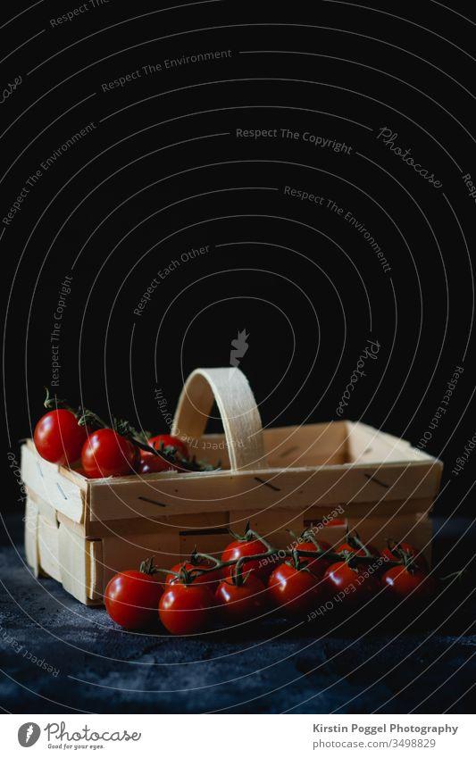 Tomaten im Körbchen Tomwaten natürlich Farbfoto Korb rot Ernte Lebensmittel frisch grün Natur Garten Vegetarische Ernährung Sommer reif lecker Bioprodukte