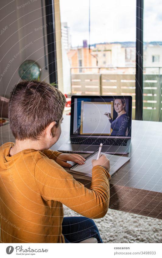 Kleiner Junge im virtuellen Unterricht. Schule zu Hause Anwendung Anruf Talkrunde Kind Kinder Klasse Klassen zugeklappt Trainer Mitteilung Computer Konzept