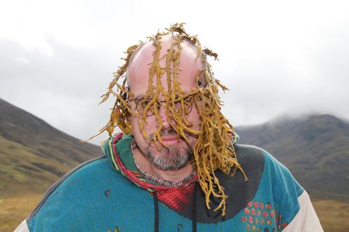 Ein Mensch in Schottland Natur Landschaft Berge u. Gebirge Europa Großbritannien Mann Brille Ferien & Urlaub & Reisen Haare Algen