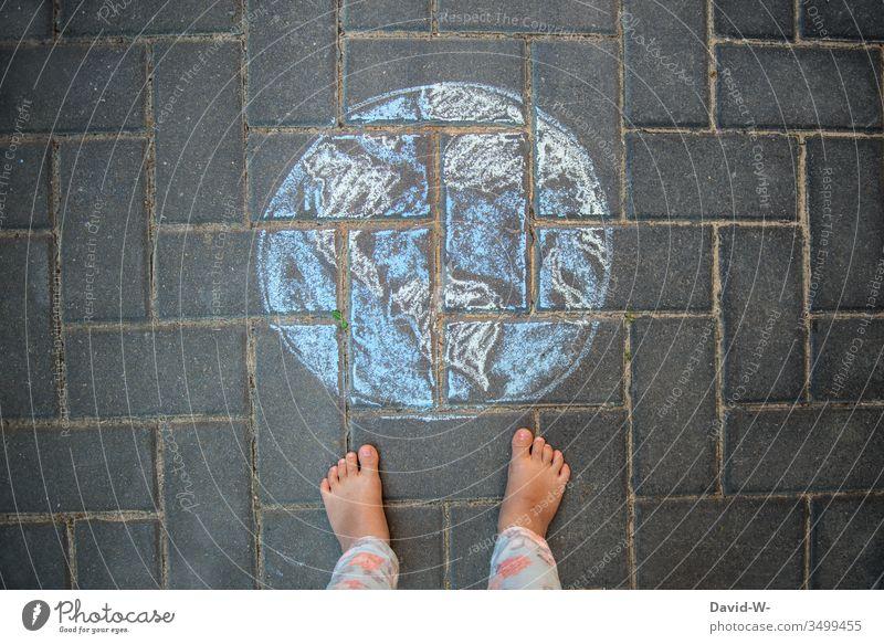 die Welt liegt dir zu Füßen Kind Erde Klimawandel Kindheit Zukunft Zeichnung Kreide Zukunftsangst Globus entdecken Kinder Leben Umwelt Mensch Ort Lebenslauf