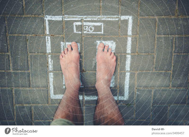 Waage - Gewicht ablesen wiegen Fitness Vorsätze Übergewicht 90 kg Körper dick Diät Farbfoto Kilogramm Gewichtsprobleme Gesundheit Gesunde Ernährung