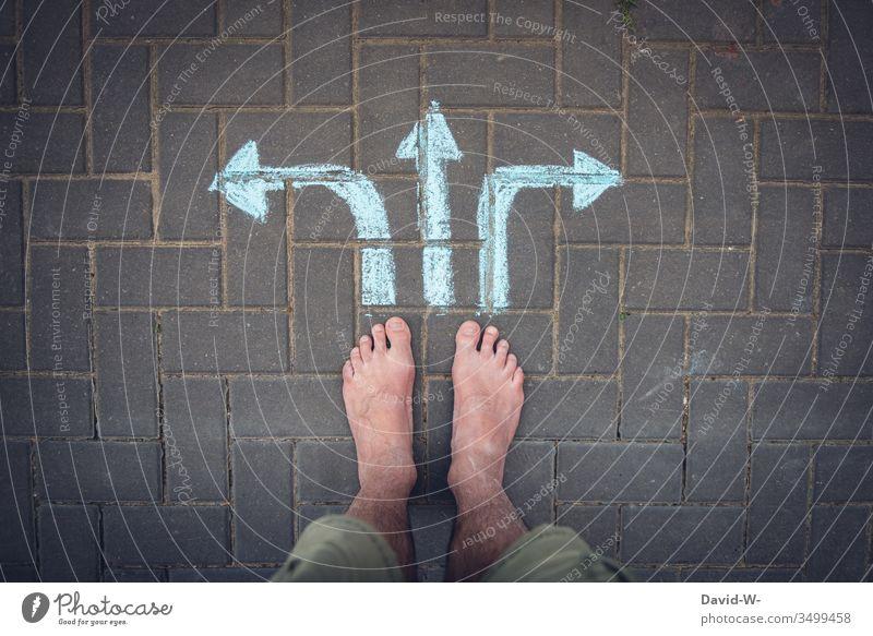 Welchen Weg schlägst du ein? Richtung Pfeile links rechts geradeaus Füße Vogelperspektive Ziel unsicher Unsicherheit Entscheidung Entscheidungen wohin?