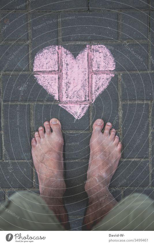 Mann mit Herz Füße Liebe Boden Verliebt Kreide Zeichnung Liebeskummer Liebeserklärung Liebesgruß herzlich Herzlichen Glückwunsch herzförmig gemalt rot