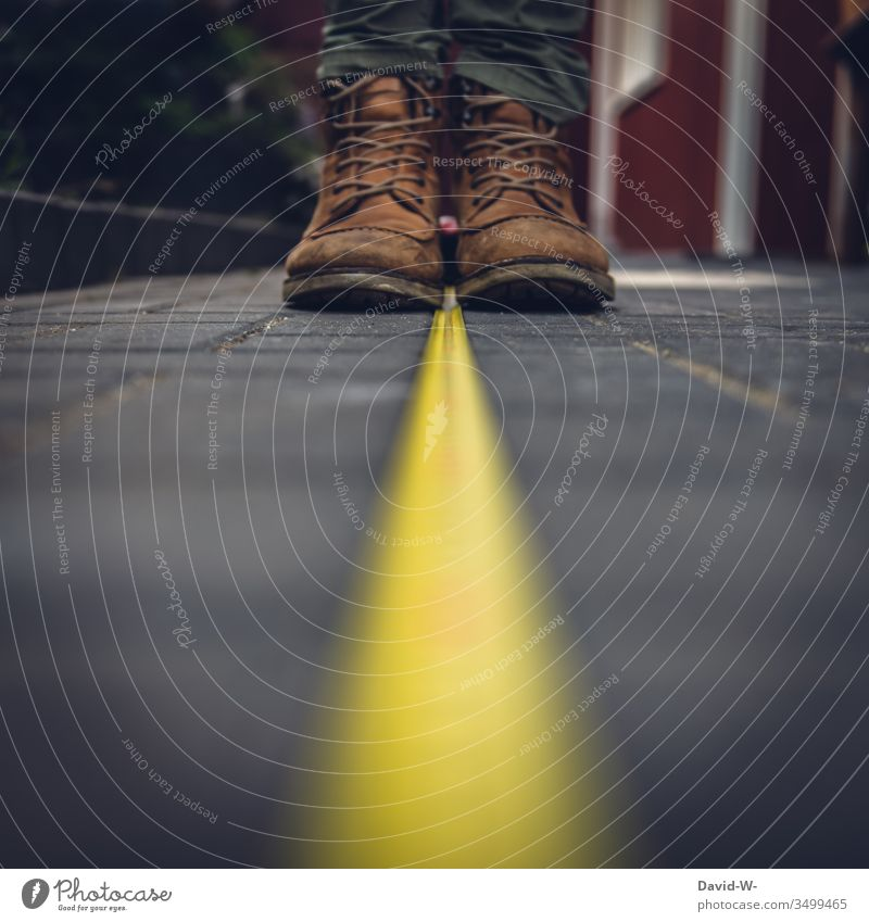 Mindestabstand genau ausgemessen coronavirus Maßband sicherheitsabstand Virus Abstand Schuhe entfernung abstand halten Mundschutz Krankheit Coronavirus