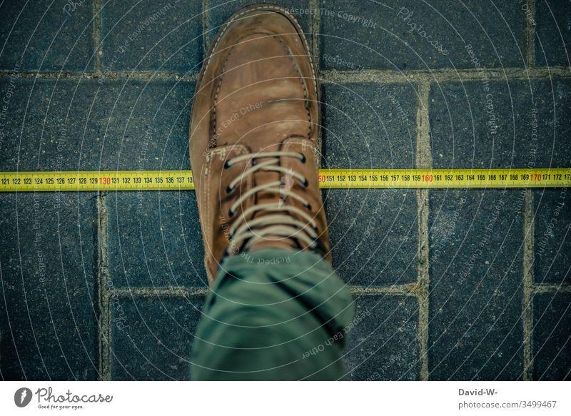 Maßband - Abstand einhalten coronavirus sicherheitsabstand Virus Schuhe entfernung abstand halten Mundschutz Krankheit Coronavirus Gesundheit Pandemie Schutz