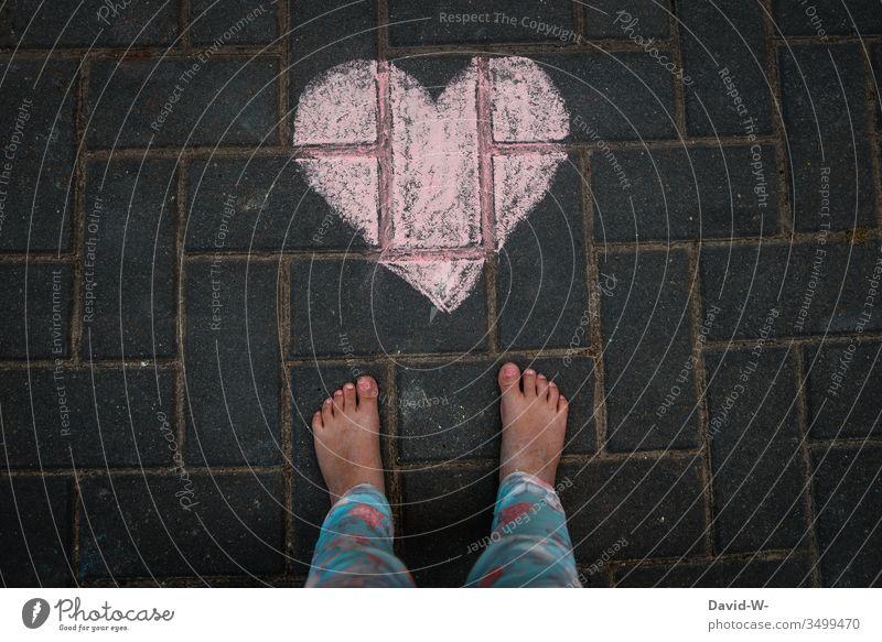 Kind mit Herz niedlich Füße Liebe Boden Kreide Zeichnung Liebesgruß herzlich Herzlichen Glückwunsch herzförmig gemalt rot Gefühle Licht Tag Farbfoto