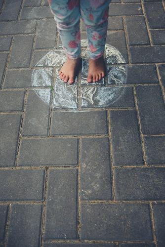 Kinder dieser Erde steht stehen draußen Boden Kreide Zeichnung Zukunft Welt Globus Erdball weltweit weltreise unschuldig Zukunftsangst klein Füße kreativ