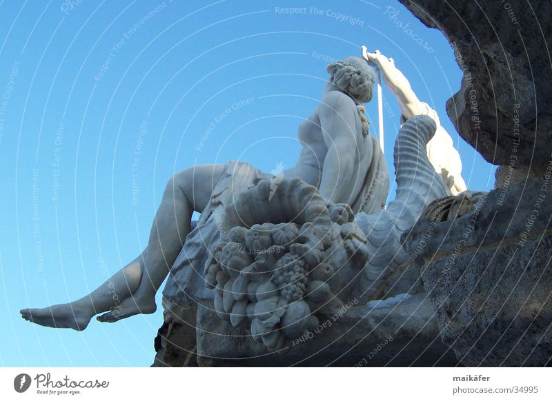 Nymphe am Neptunbrunnen Frau Himmel blau Wasser nackt grau Stein Kunst Brunnen Denkmal Statue Wahrzeichen Skulptur Wien Springbrunnen Kunsthandwerk