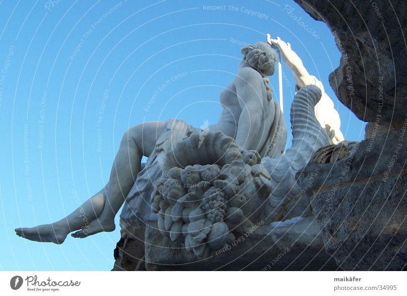 Nymphe am Neptunbrunnen Schlosspark Schloss Schönbrunn Skulptur Brunnen Statue Wien Kunst Frau nackt grau Springbrunnen Sturzbach Büste Himmel Wasserschwall