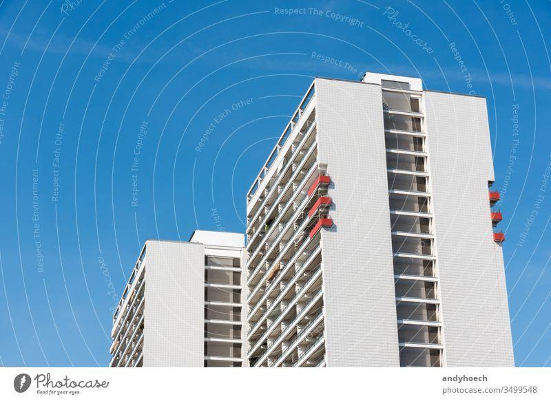 Die sechs roten Balkone des Wohnhauses Appartement Architektur Berlin Klotz blau Blauer Himmel Gebäude Gebäudeaußenseite gebaute Struktur Kapital Großstadt