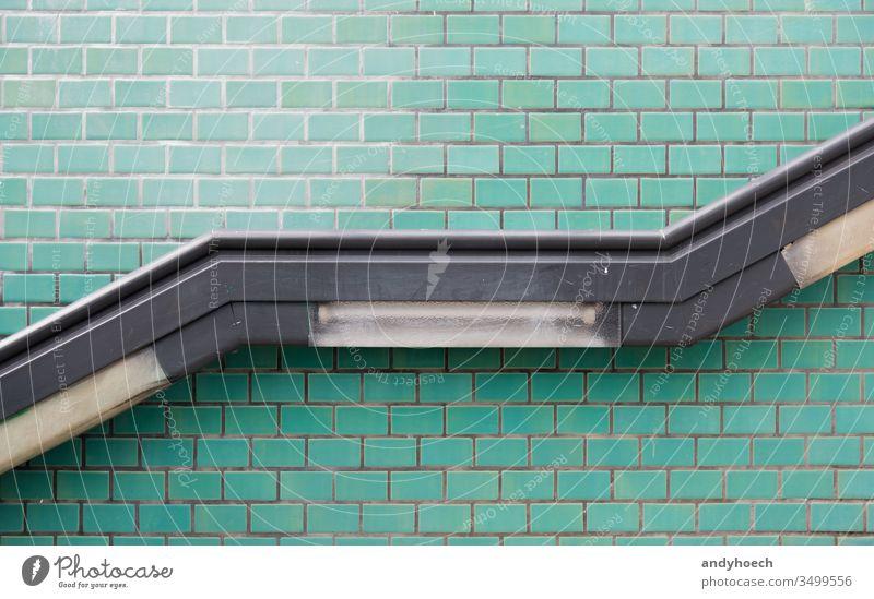 Der Handlauf an der Treppe und die türkisfarbene Wand abstrakt Zugang Alterung Architektur aufsteigen Hintergrund Hintergründe Gebäude gebaute Struktur