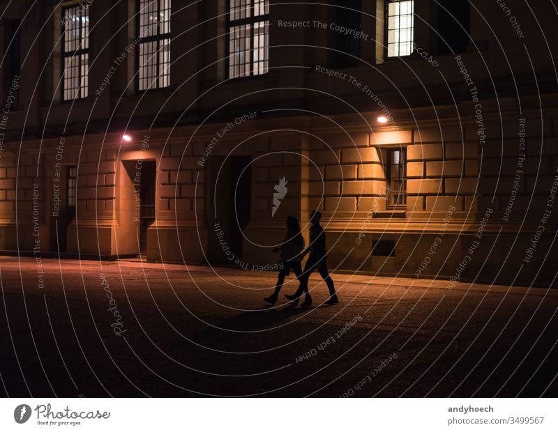 Ein Ehepaar geht nachts durch Berlin Erwachsener Architektur Gebäudeaußenseite Großstadt Paar dunkel Dunkelheit Europa Freunde Deutschland historisch Historie