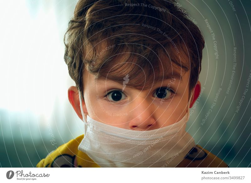 3 Jahre altes Baby mit chirurgischer Maske, das ängstlich in die Kamera schaut Kind Mundschutz Korona Virus Corona-Virus weltweit Pandemie Seuche Truthahn