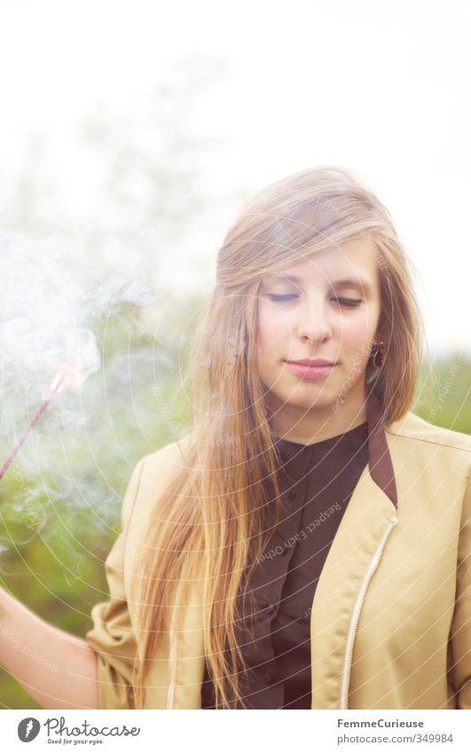 Im Rauch III. feminin Junge Frau Jugendliche Erwachsene 1 Mensch 18-30 Jahre Erholung Leichtigkeit Natur Tagtraum Romantik verträumt Räucherstäbchen Fackel