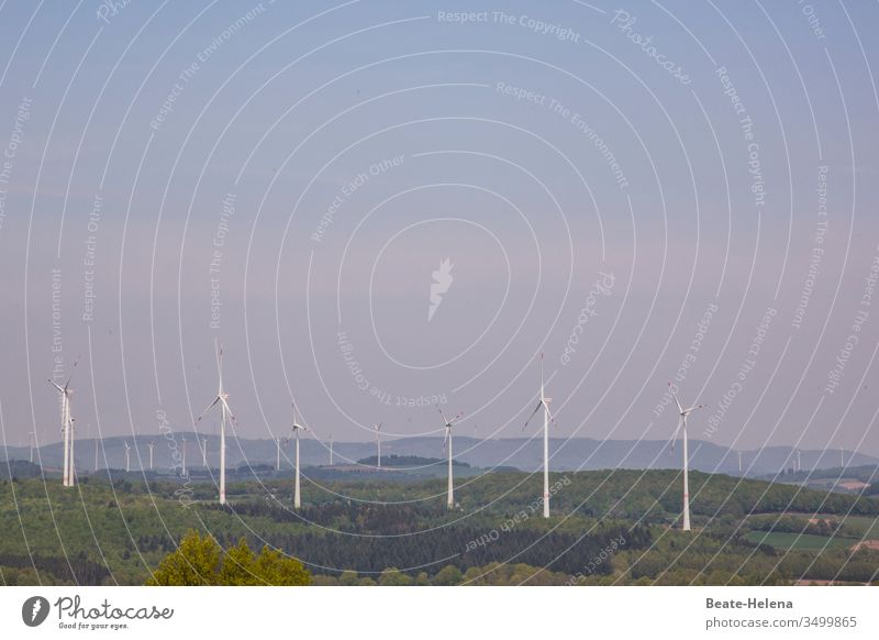 Windpark mit unzähligen Windrädern zur umweltschonenden Energieerzeugung Alternative Energie Windkraftanlage Farbfoto Elektrizität Windrad Windradpark