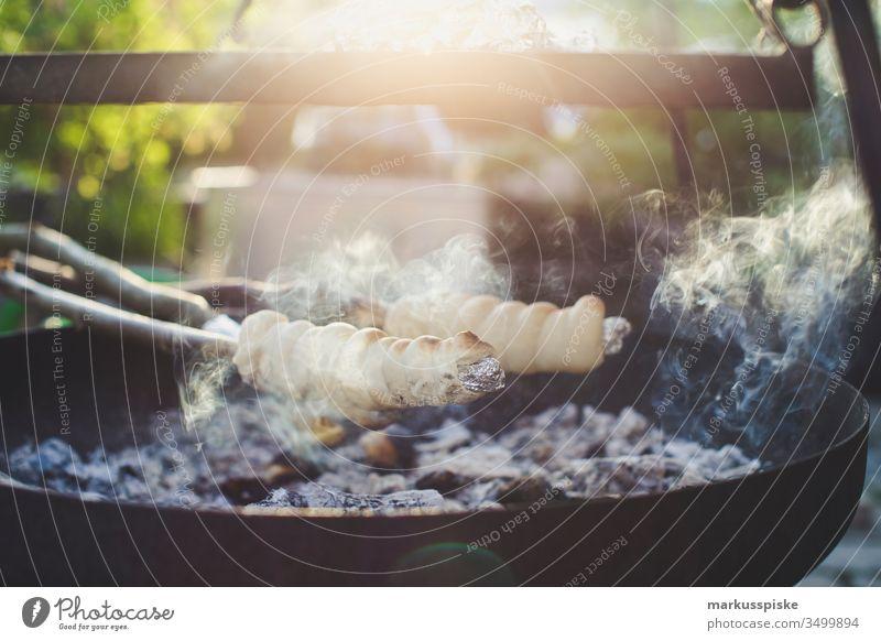 Stockbrot Kinder Abenteuer stockbrot Kinderspiel Kindheit Teigwaren Brot Grillen BBQ feuerstelle Rauch