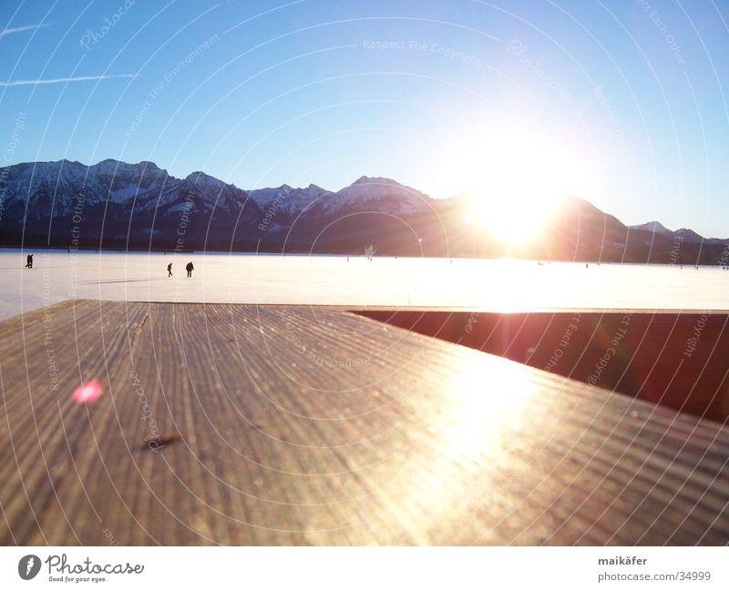 Eislaufen mit Bergpanorama 1 Schlittschuhlaufen Sonnenuntergang Winter Bergkette kalt gefrorener See Hopfensee Freude Schnee