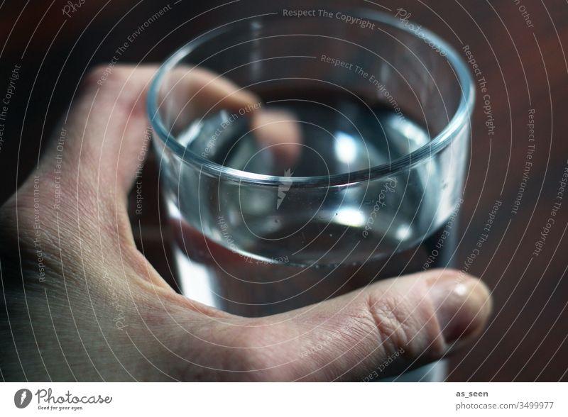 Wasserglas Glas trinken Mineralwasser Getränk Erfrischung Trinkwasser Durst Sommer Farbfoto Durstlöscher kalt Licht Gesundheit Flüssigkeit Kohlensäure
