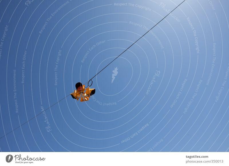 ABHÄNGEN Erholung hängen Ampel Verkehr Kanada Blauer Himmel Sonne Sonnenstrahlen Verkehrszeichen Kabel Stadt Nordamerika Ferien & Urlaub & Reisen