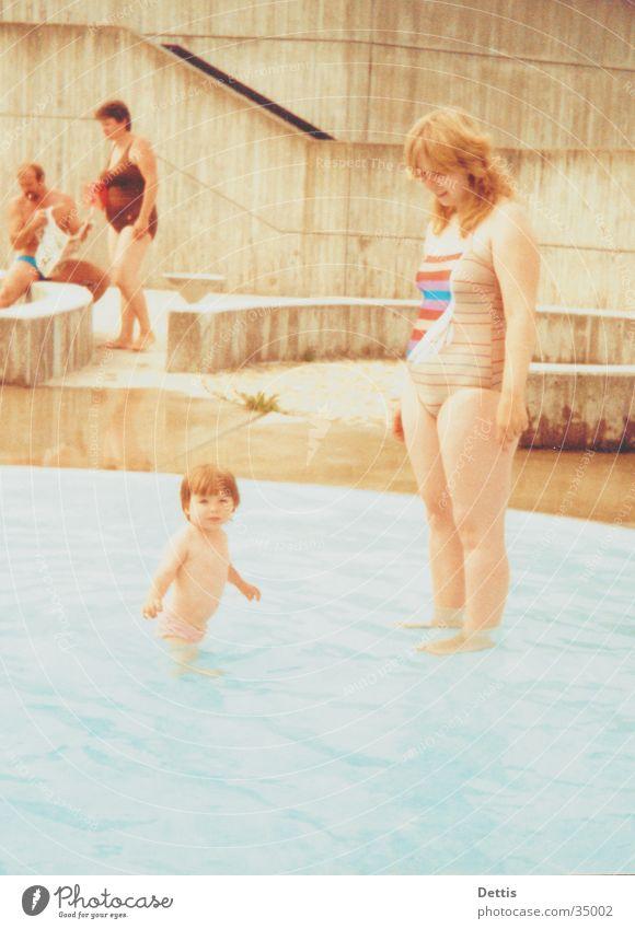 Mutter mit Kind Frau Mensch Kind Wasser Sonne Sommer Freude feminin Spielen Menschengruppe Bad Schwimmen & Baden