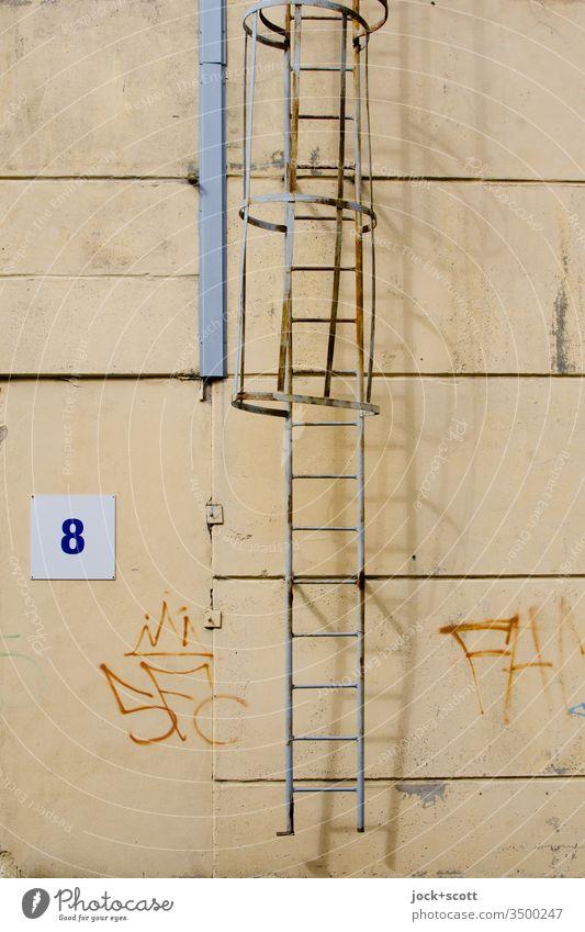 Nr. 8 neben Leiter mit Schattenspiel Architektur Wand Metall Wege & Pfade Silhouette Fassade Halle Industriefotografie Außenwand Acht Nummernschild Tags
