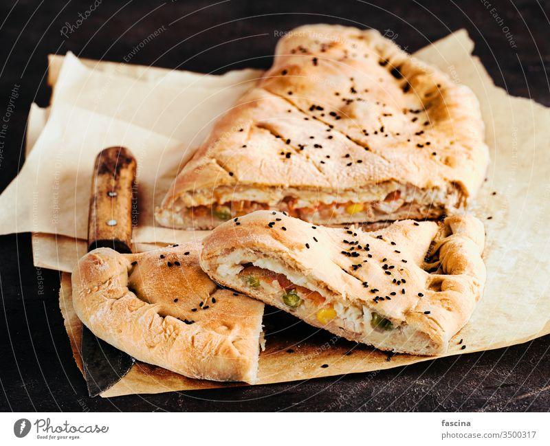 Geschlossene Pizza-Calzone, Kopierraum calzone Calzone Pizza selbstgemacht geschlossene Pizza Italienische Küche zugeklappt Käse Abendessen Kruste Mittagessen