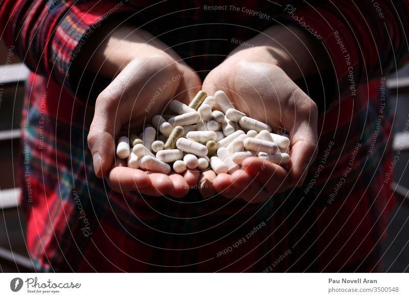 Frau hält Tabletten in der Hand. Medizin und Gesundheitskonzept. Frau, die Medikamente nimmt. Gesunde Lebensweise, Nahrungsergänzungsmittel viele